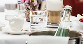 Mineralwaser und Kaffee im Restaurant