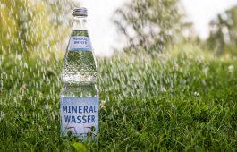 Mineralwasser-Flasche im Regen