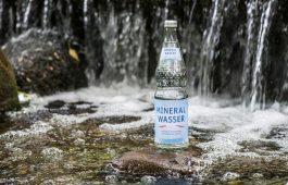 Mineralwasser-Flasche in der Natur