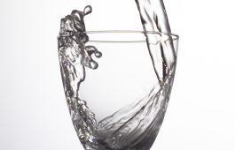Mineralwasser-Glas 1
