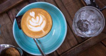 Mineralwasser und Kaffee