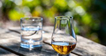 Mineralwasser und Whisky