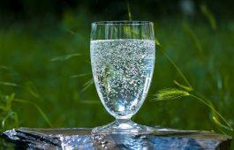 Mineralwasser-Glas auf Stein