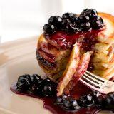 Fluffige Buttermilch-Pancakes mit karamellisierten Blaubeeren