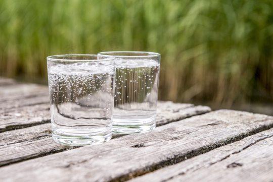 Mineralwasser Gläser auf einem Steg
